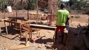 Unser Schreiner zimmert Schulbänke für den Süden in Madagaskar. Der Deutsch Madagassische Schulverein unterstütz die ärmste Region im Süden von Madagaskar