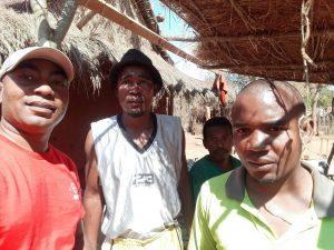 Unsere Schreiner für die neuen Schulmöbel im Süden von Madagaskar