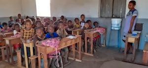 Schulbänke für Afrika -Madagaskar